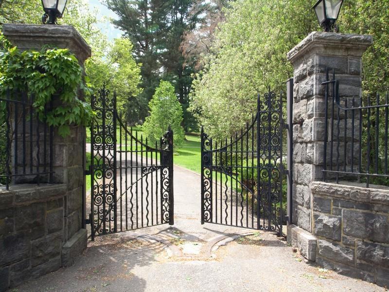 Driveways and entrances - Westchester front gates - www.myLusciousLife.com