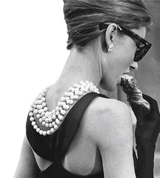 Audrey Hepburn with pearls - Breakfast at Tiffanys pictures