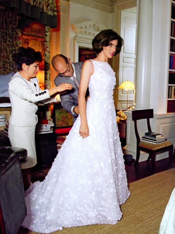 August 1998 Eliza Reed marries Alexander Bolen in a dress by her stepfather Oscar de la Renta