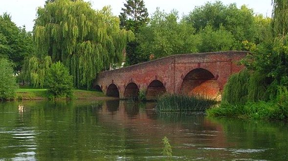 GEORGE CLOONEY HOUSE: Sonning Bridge with the post box