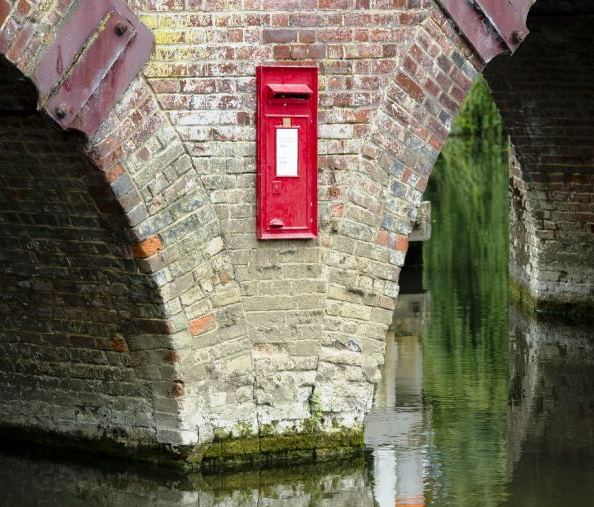 GEORGE CLOONEY HOUSE: Sonning Bridge with the letterbox