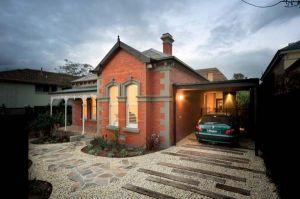 Luxury-Trojan-Horse-Residence-Casa-Troyana-in-Australia-Car-Garage-Design.jpg