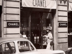 Pictures - rue de cambon paris - chanel outside chanel.png