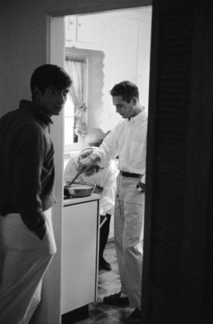 Anthony Perkins joins Paul Newman cooking eggs in 1958 - Joanne Woodward at the oven